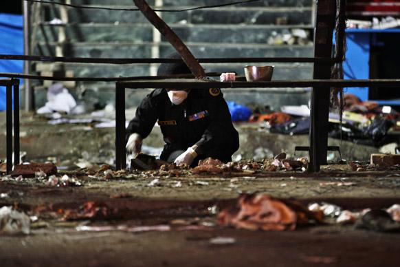 विस्फोट स्थल से फोरेंसिक सबूत जुटाता सुरक्षाकर्मी।