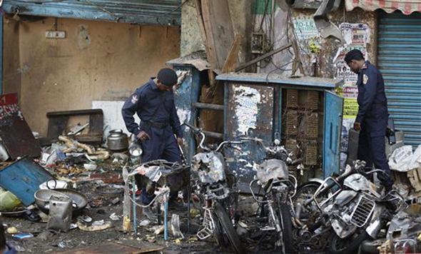आंध्र प्रदेश: हैदराबाद में गुरुवार शाम दो बम धमाकों के बाद घटना स्थल पर बिखरे पड़े मलबे में सबूतों को तलाशते राष्ट्रीय जांच एजेंसी के कर्मी।