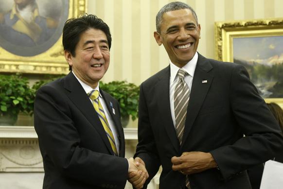 ह्वाइट हाउस में जापान के प्रधानमंत्री शिंजो एबे से हाथ मिलाते अमेरिकी राष्ट्रपति बराक ओबामा।