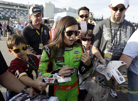 फ्ला में ऑटो रेस के लिए अपनी जगह बनाने के बाद प्रशंसकों को ऑटोग्राफ देतीं डेनिका पैट्रिक।
