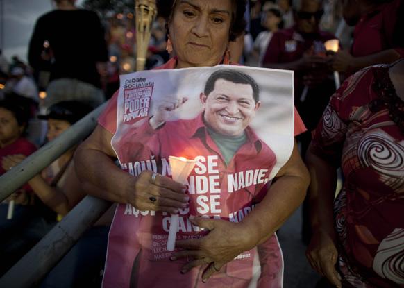 कारकस में वेनेजुएला के राष्ट्रपति ह्यूगो शावेज के जल्दी ठीक होने के लिए प्रार्थना करती एक महिला।