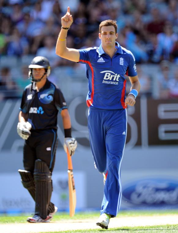 ऑकलैंड में वनडे मैच के दौरान न्यूजीलैंड के बल्लेबाज हामिश रदरफोर्ड को आउट करने के बाद इंग्लैंड के स्टीवन फिन।