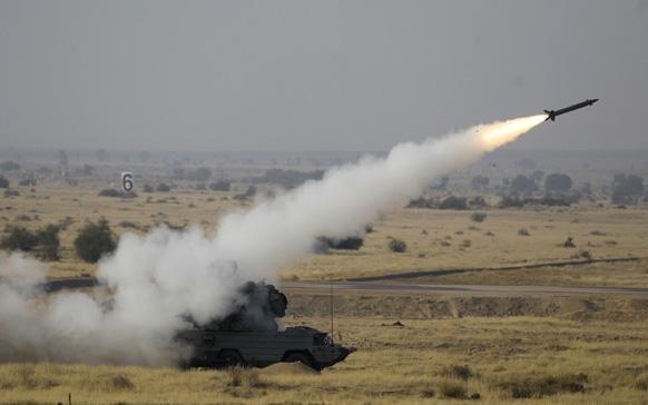 पोखरण में 'आयरन फिस्ट 2013' अभ्यास के दौरान सतह से हवा में मार करने वाली मिसाइल ओएसए एके-एम। भारतीय वायु सेना यहां अब तक का सबसे बड़ा युद्धाभ्यास कर रही है।