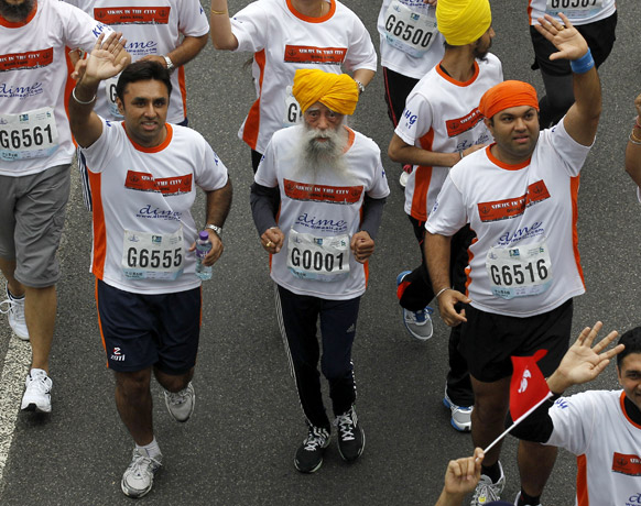 हांगकांग मैराथन की 10 किलोमीटर की रेस में शरीक होते भारत के फौजा सिंह।