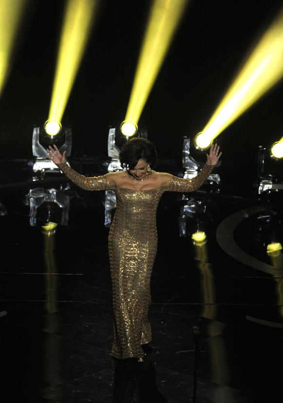 गायिका शिर्ली बेसे ऑस्कर अवार्ड के दौरान परफार्म करती हुई।