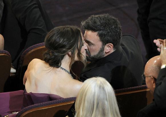 जैसे ही जेनिफर के अवॉर्ड पाने की घोषणा हुई उसने खुशी से अपने पति बेन एफ्लैक किस किया।