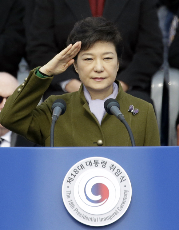 दक्षिण कोरिया के नए राष्ट्रपति पार्क गुऐन ही 18वें प्रेसिडेंसियल समारोह के दौरान नेशनल असेंबली में सलामी लेते हुए।