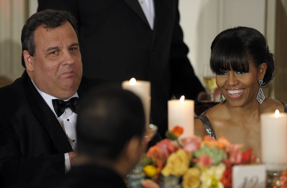 वाशिंगटन के व्हाइट हाऊस में 2013 गवर्नर्स डिनर के दौरान अमेरिका की प्रथम महिला मिसेल ओबामा के साथ न्यू जर्सी के गवर्नर क्रिस क्रिस्टी।
