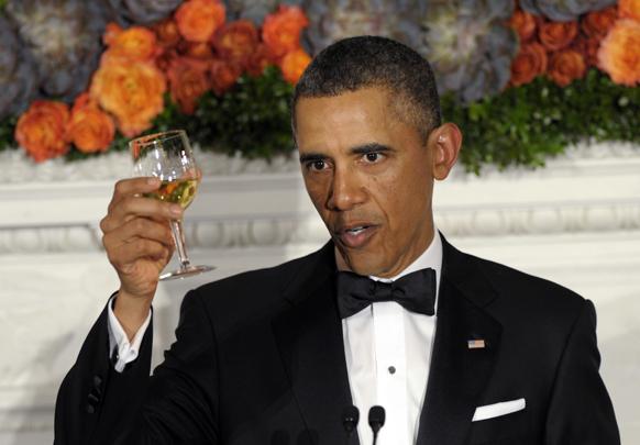 वाशिंगटन के व्हाइट हाऊस में 2013 गवर्नर्स डिनर के दौरान गवर्नरों का स्वागत करते हुए अमेरिका के राष्ट्रपति बराक ओबामा।
