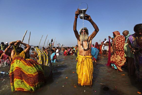 इलाहाबाद में महाकुंभ में पूजा-अर्चना करता एक साधु।