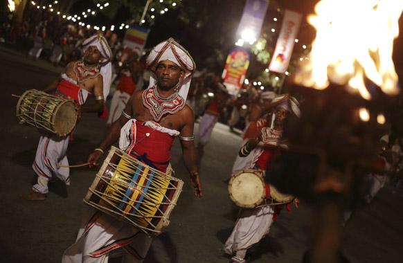 श्रीलंका के कोलंबो में पारंपरिक नृत्य का एक दृश्य।