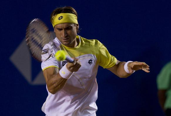 एक्वापुल्को टेनिस ओपन में शॉट लगाते स्पैनिश टेनिस स्टार फेडरर।