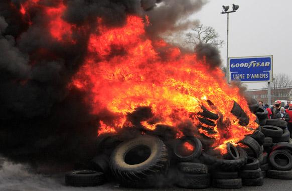 फ्रांस में प्रदर्शनकारियों ने गुडईयर टायर कंपनी में आग लगा दी।