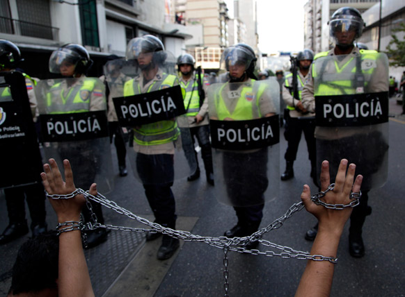 वेनेजुएला में राष्ट्रपति ह्यूगो चावेज को लेकर छात्रों का विरोध-प्रदर्शन।