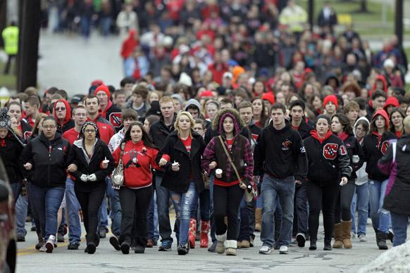 शूटआउट में मारे गए अपने स्कूली छात्रों को याद करते चार्डन स्कूल के छात्र।