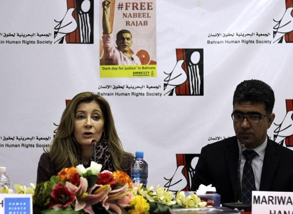 मनामा में मीडिया को संबोधित करतीं ह्यूमन राइट्स वाच की मध्य पूर्व की निदेशक सारा लेह ह्वीटसन।