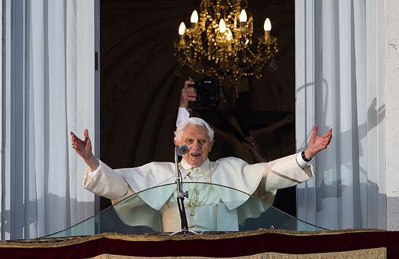 कैसल गैनडोल्फो की खिड़की से लोगों का अभिवादन करते पोप बेनेडिक्ट  XVI.