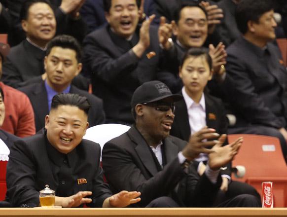प्योंगयांग में एक बॉस्केटबॉल मैच का लुत्फ उठाने उत्तर कोरिया के नेता किम जॉंग उन।