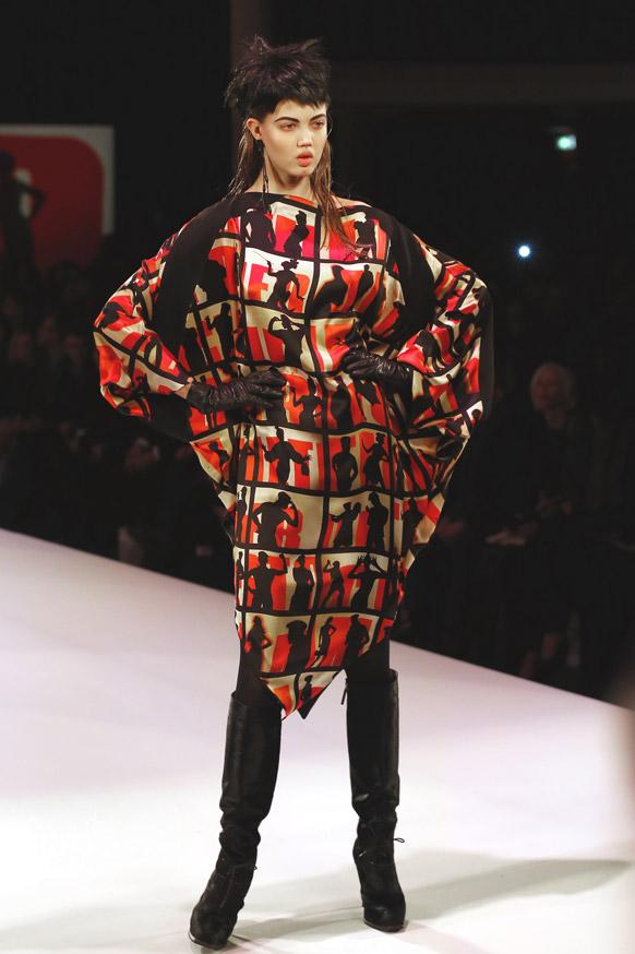 पेरिस में फैशन डिजायनर जीन पॉल के कपड़ों को पेश करती एक मॉडल।