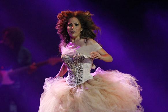 चिली में प्रस्तुति देतीं मेक्सिकन गायिका ग्लोरिया त्रेवी।