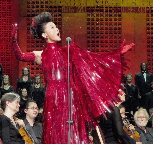 लॉस एंजिल्स में प्रस्तुति देती चीन की गायिका सॉन्ग वूइंग।