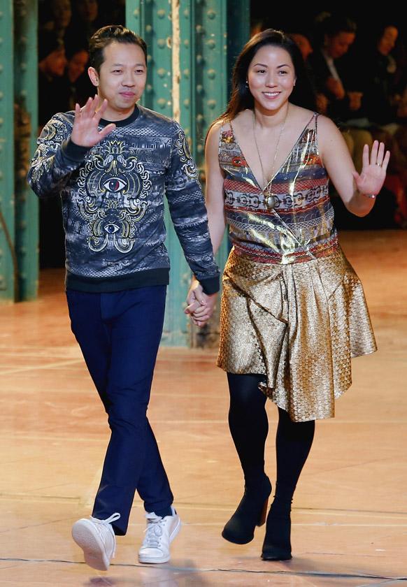 पेरिस में पेरू के फैशन डिजायनर हम्बर्टो लियोन एवं दक्षिण कोरिया की फैशन डिजायनर कारोल लिम।