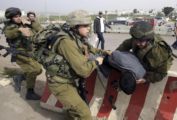 इजराइली सैनिकों ने फिलीस्तीन के प्रदर्शनकारियों को गिरफ्तार किया।
