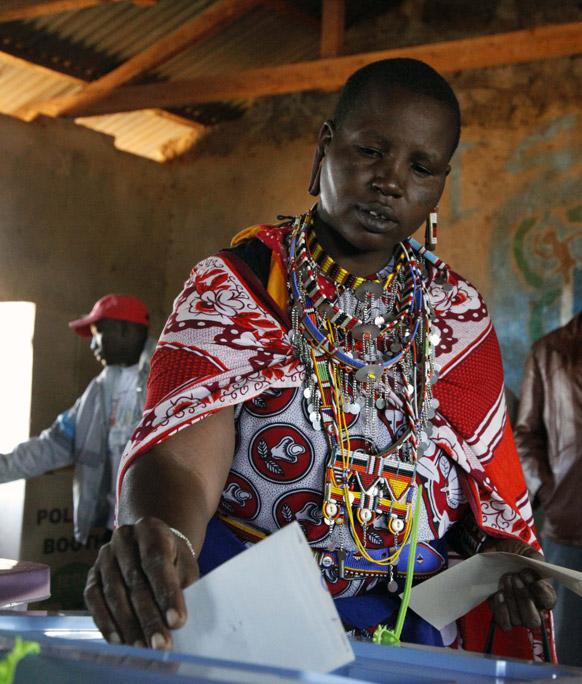 केन्या के नौरोबी से 37 किलोमीटर दूर आम चुनाव में वोट करती महिला।