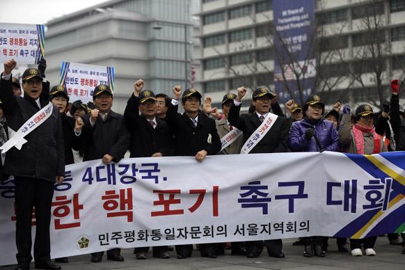 साउथ कोरिया में उत्तरी कोरियाई परमाणु परीक्षण के खिलाफ प्रदर्शन करते लोग।