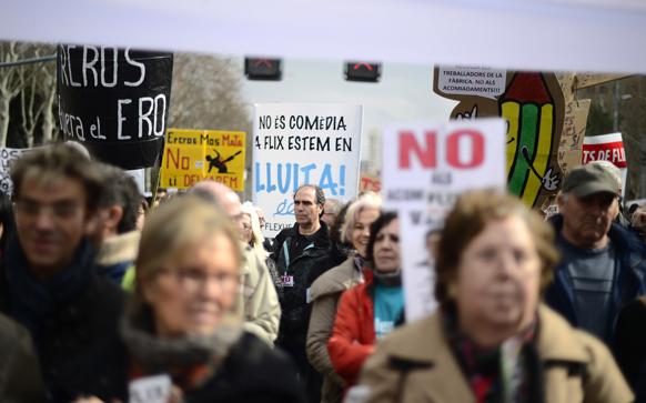स्पेन के बार्सिलोना में एरक्रॉस नामक कंपनी के कर्मचारी विरोध प्रदर्शन करते हुए।