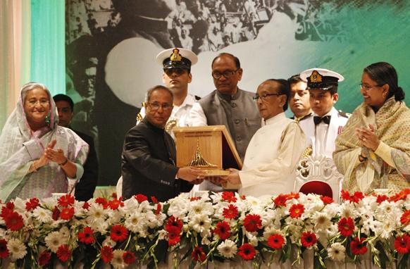 ढाका में भारत के राष्ट्रपति प्रणब मुखर्जी को देश का सर्वोच्च सम्मान देते हुए बांग्लादेश के राष्ट्रपति जिलुर रहमान (मध्य में दाएं)।