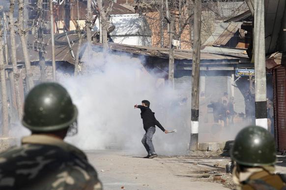 श्रीनगर में विरोध प्रदर्शन के दौरान भारतीय पारा मिलिट्री जवानों के ऊपर अश्रु गैस के सेल को वापस लौटाकर फेंकते हुए एक कश्मीरी प्रदर्शनकारी।