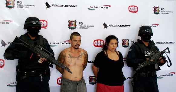 मेक्सिको के शहर तेपिक में मासूम के साथ रेप के आरोप में गिरफ्तार आरोपी और उसकी गर्लफ्रेंड को हिरासत में लेकर जाते पुलिसकर्मी।