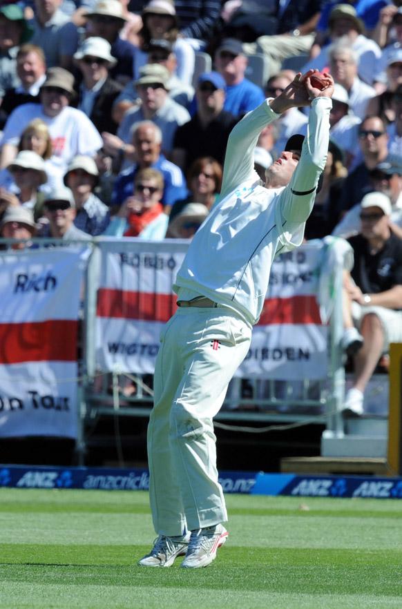 डुनेडिन टेस्ट में इंग्लैंड के स्टीवन फिन का कैच पकड़ते हुए न्यूजीलैंड के हामिश रदरफोर्ड।