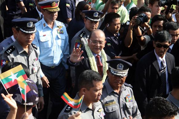 म्यामांर के राष्ट्रपति थेईन सेईन यंगून के अंतरराष्ट्रीय एयरपोर्ट पर।