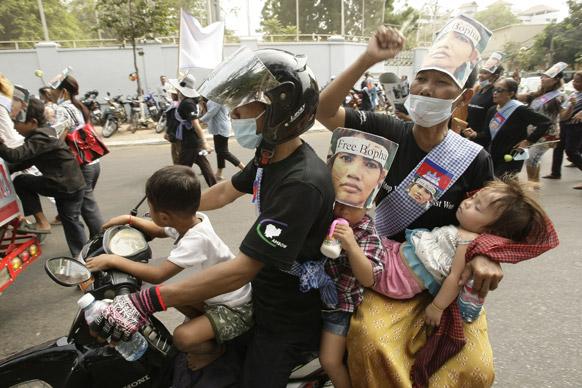 वर्ल्ड वूमेंस डे के मौके पर कंबोडिया का परिवार योमा बोपा की तस्वीरों के साथ।