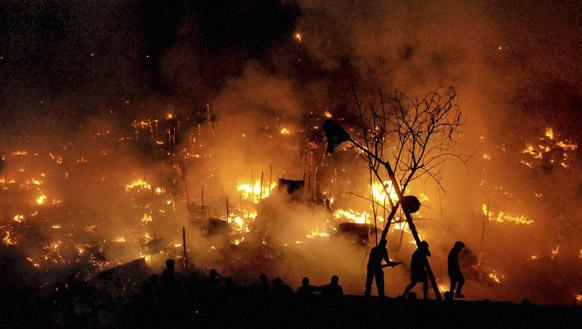 भुवनेश्वर में जंगल में लगी आग को बुझाते लोग।