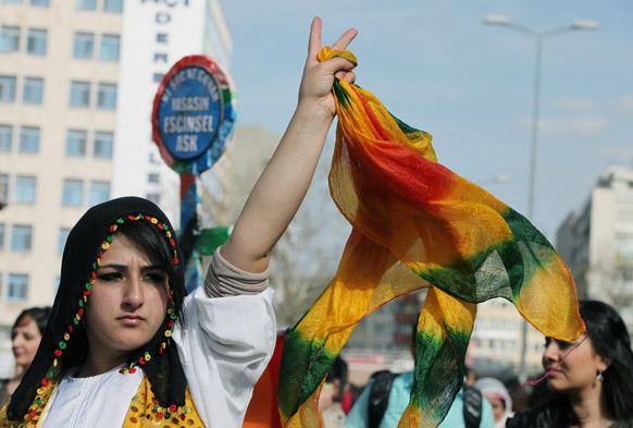 अंकारा में अंतरराष्ट्रीय महिला दिवस पर घरेलू हिंसा के खिलाफ प्रदर्शन करती हुई तुर्की की कुर्दिश महिला।