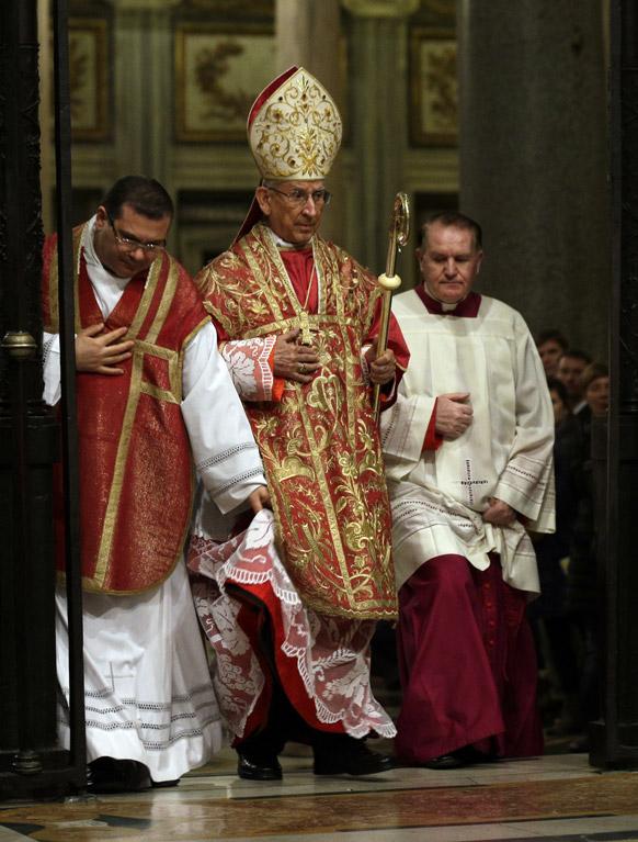 रोम में नए पोप के चुनाव के लिए लोगों के संबोधन के लिए आते हुए कार्डिनल डारियो कास्ट्रिलियन होयोस।