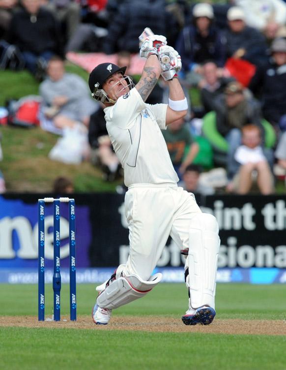 इंग्लैंड के खिलाफ न्यूजीलैंड के ब्रेडन मक्कुलम शॉट लगाते हुए।
