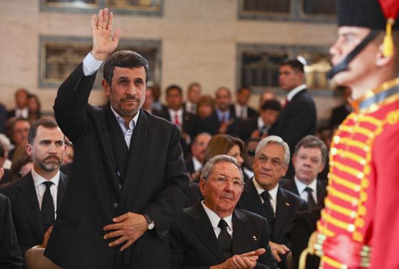 वेनेजुएला के राष्ट्रपति ह्यूगो शावेज की अंतिम यात्रा में शामिल होने पहुंचे ईरान के राष्ट्रपति महमूद अहमदीनेजाद।