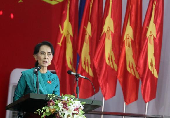 म्यामांर की विपक्ष की नेता आंग सांग सू की नेशनल लीग फॉर डेमोक्रेसी के कांग्रेस को संबोधित करती हुईं।