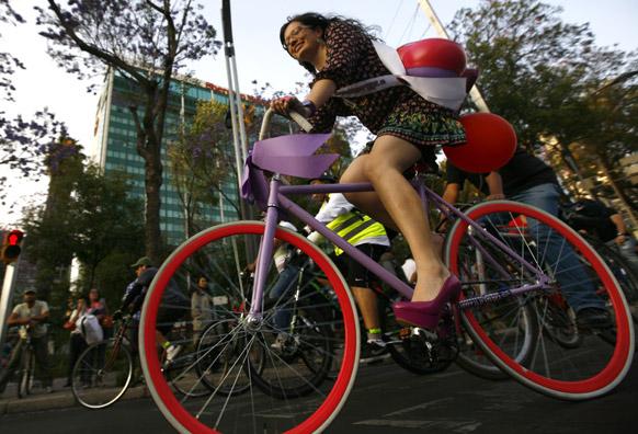 मैक्सिको सिटी में साइकिल की सवारी करती महिला।