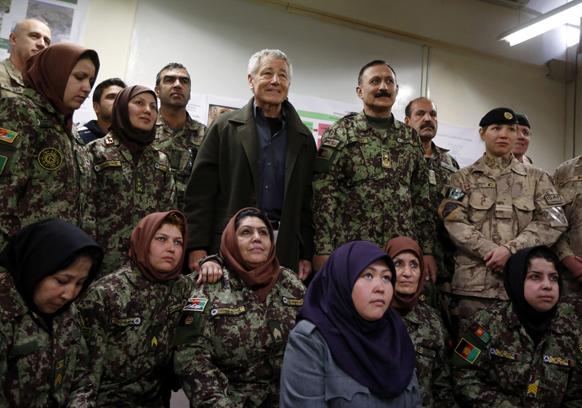 यूएस रक्षा मंत्री चक हैगल अगानिस्तान में महिला सैनिकों के साथ।