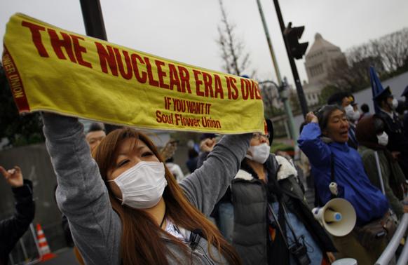 टोक्यो में परमाणु विरोधी प्रदर्शन करते प्रदर्शनकारी।