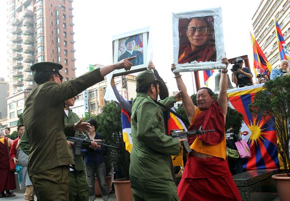ताइपे में तिब्ब्ती चीनी कानून के खिलाफ नुक्कड़ नाटक करते हुए।