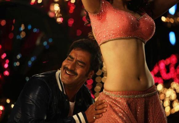 इस तस्वीर में अजय देवगन कुछ शरारती अंदाज में।