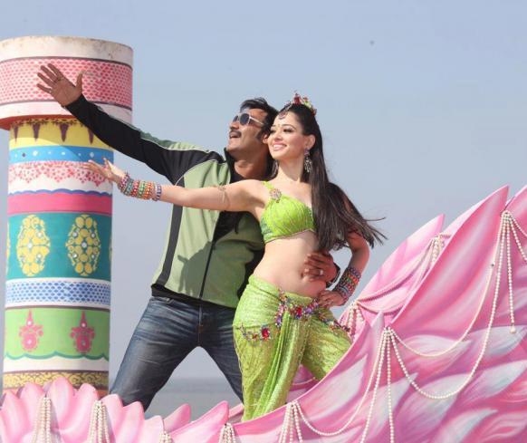 फिल्म के एक गाने में नए अंदाज में अजय व तमन्ना।