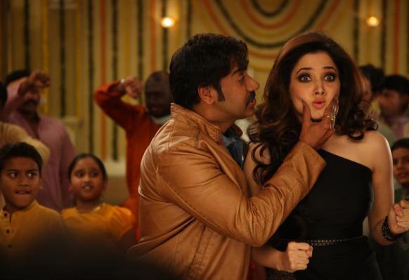 फिल्म के गाने 'ताकी ताकी...' पर जलवा बिखेरते हुए अजय व तमन्ना।