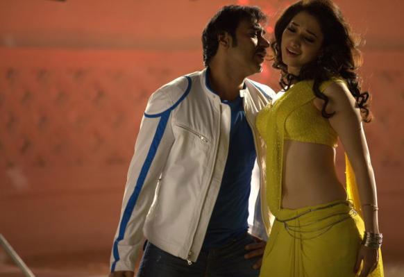हिम्मतवाला के एक सीन में अजय और तमन्ना। यह फिल्म 29 मार्च को रिलीज होगी।